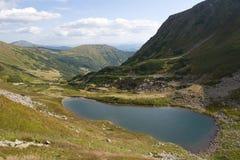 Lac Brebenskul en montagnes de Carphatian. Photos libres de droits