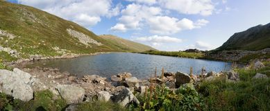 Lac Brebenskul en montagnes de Carphatian. Image stock