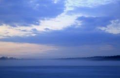 Lac brumeux au premier crépuscule de ressort photo stock
