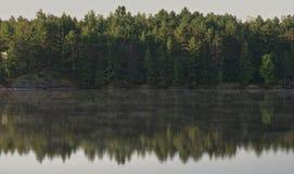 Lac brumeux dans le début de la matinée dans la fin d'été Photographie stock