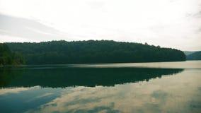 Lac brumeux de montagne pendant le matin clips vidéos