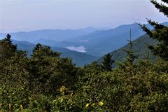 Lac caché dans Ridge Mountains bleu flou images libres de droits