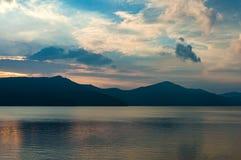 Lac caldera sur le crépuscule avec des silhouettes de montagne sur le fond Photographie stock