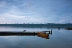 Lac calme au coucher du soleil Images stock