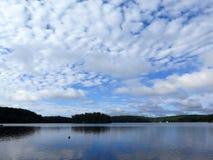 Lac calme avec des nuages Photo stock