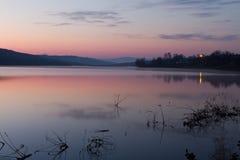 Lac calme de lever de soleil Image stock
