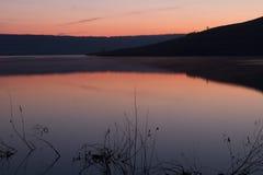 Lac calme de lever de soleil Images stock