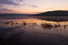 Lac calme de lever de soleil Image libre de droits