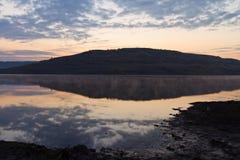 Lac calme de lever de soleil Photo libre de droits