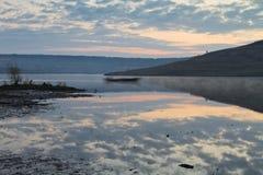 Lac calme de lever de soleil Photographie stock