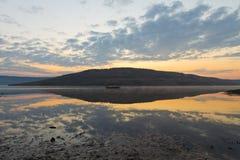 Lac calme de lever de soleil Photos stock