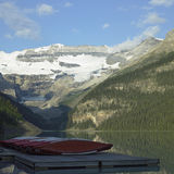 Lac calme et hautes montagnes Image stock