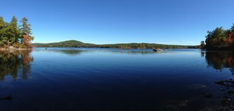 Lac calme Massabesic, New Hampshire auburn photo stock