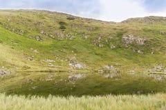 Lac calme par la montagne images stock