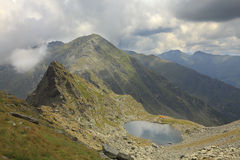 Lac Caltun en montagnes de Fagaras Photo stock