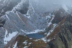 Lac Caltun en montagnes de Fagaras Images stock