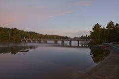 Lac canadien au coucher du soleil Photographie stock libre de droits