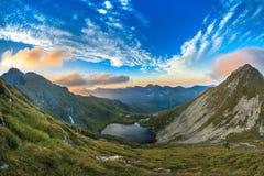 Lac Capra. Montagnes de Fagaras, Roumanie photographie stock
