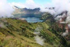 Lac carter de mt Rinjani dans les nuages Photo libre de droits