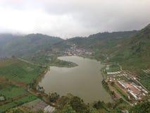 Lac Cebongan dans le village sembungan, Dieng Java-Centrale, Image stock