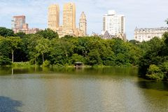 Lac central Park, avec des immeubles, New York City images libres de droits