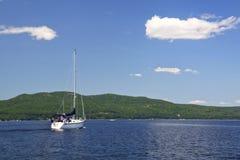 Lac Champlain - cieux bleus sailing en avant photo libre de droits