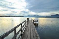 Lac Chiemsee aux sunries. Bateau sur le dock photo libre de droits