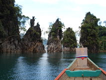 Lac chiew Lan chez Khao Sok National Park, Thaïlande Photo stock