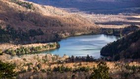 Lac Chuzenji pendant l'automne en retard image stock
