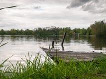 Lac city niché en parc Photos stock