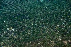 Lac clair Carezza, Bolzano, Italie de l'eau Photos stock