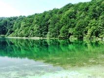 Lac clair dans Plitvice, en Croatie photo stock
