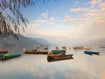 Lac coloré stupéfiant Phewa de bateaux du Népal photographie stock libre de droits