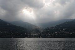 Lac Como et lumière du soleil nuageuse, Italie photographie stock