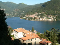 Lac Como, Italie : Village sur le lac Photo libre de droits