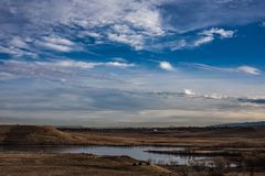 Lac congelé avec les cirrus et le ciel bleu au-dessus photos stock