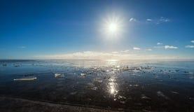 Lac congelé avec les effets du soleil et de fusée, beau paysage en hiver photo stock