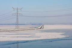 Lac congelé couvert de brume et de vue au pylône de puissance Photo libre de droits