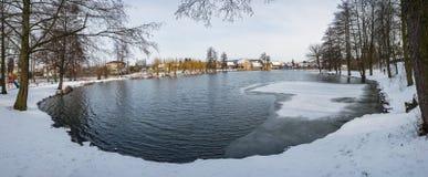 Lac congelé d'étang dans le village de campagne d'Ustek images stock