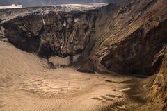 Lac congelé de cratère à l'intérieur de volcan de Mutnovsky images stock