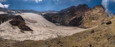 Lac congelé de cratère à l'intérieur de volcan de Mutnovsky Photos libres de droits