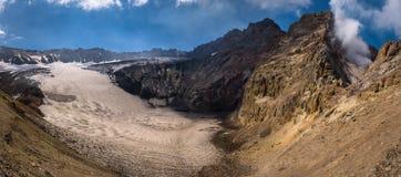 Lac congelé de cratère à l'intérieur de volcan de Mutnovsky Photos stock