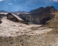 Lac congelé de cratère à l'intérieur de volcan de Mutnovsky Photo stock