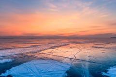 Lac congelé de l'eau avec le fond d'horizon de coucher du soleil images stock