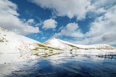 Lac congelé de montagne avec de la glace bleue Images stock
