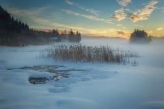 Lac congelé Jonsvatnet près de Trondheim, Norvège Lumière de coucher du soleil au-dessus de recueillir le brouillard image stock