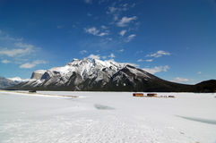 Lac congelé Minnewanka de parc national de Banff Photographie stock