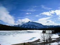 Lac congelé Minnewanka de parc national de Banff Photo libre de droits