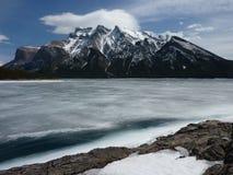 Lac congelé Minnewanka en parc national de Banff, Canada Images libres de droits