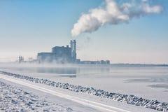 Lac congelé néerlandais avec la brume et la vue à la centrale Photo libre de droits